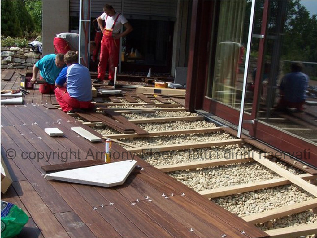 Posa pavimento in legno per esterno - Incollare piastrelle su legno ...